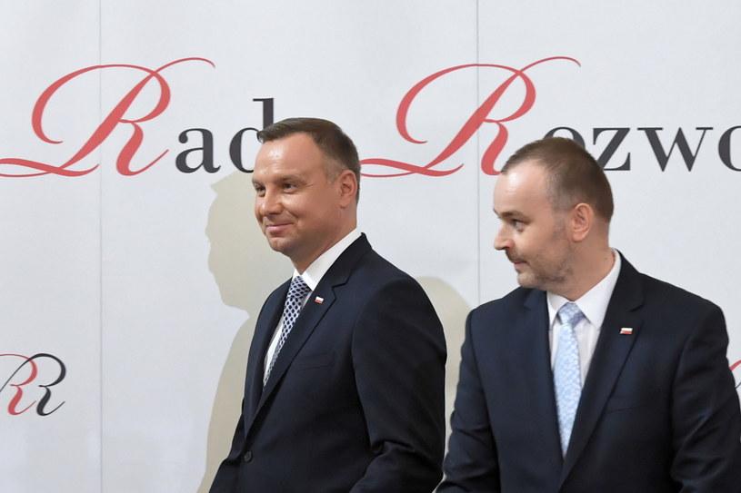Andrzej Duda i Paweł Mucha prezentują propozycje pytań referendalnych /Radek Pietruszka /PAP