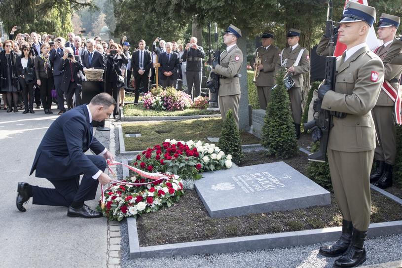 Andrzej Duda podczas odsłonięcia odnowionego pomnika Konstantego Rokickiego, który wchodził w skład Grupy Berneńskiej /Keystone /AP