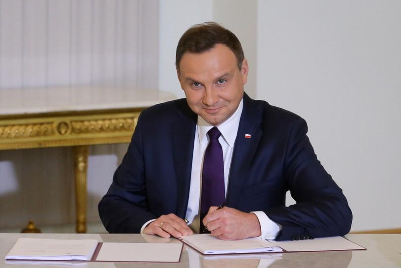 Andrzej Duda podpisuje projekt ustawy obniżającej wiek emerytalny /Paweł Supernak /PAP