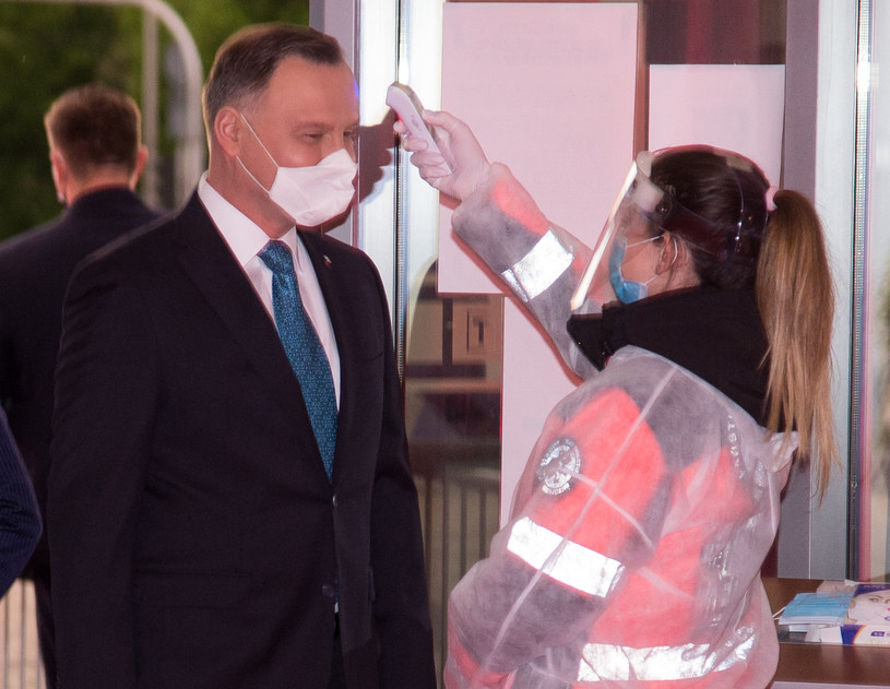 Andrzej Duda przed wejściem do studia TVP miał mierzoną temperaturę ciała /TVP /Agencja FORUM