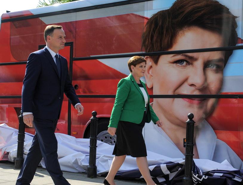 Andrzej Duda przekazał Beacie Szydło autobus, którym jeździł w trakcie kampanii wyborczej /Marcin Obara /PAP
