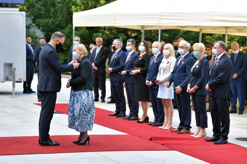 Andrzej Duda przyznał odznaczenia za walkę z COVID-19 /Radek  Pietruszka /PAP