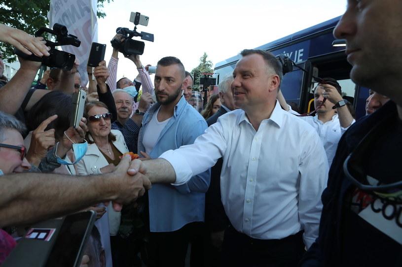 Andrzej Duda rozpoczął ostatni dzień kampanii już o 6.00. Spotkał się z mieszkańcami Koła przed mleczarnią OSM Koło /Roman Zawistowski /PAP