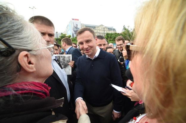 Andrzej Duda spotkał się z mieszkańcami Warszawy przed jedną ze stacji metra /Radek Pietruszka /PAP