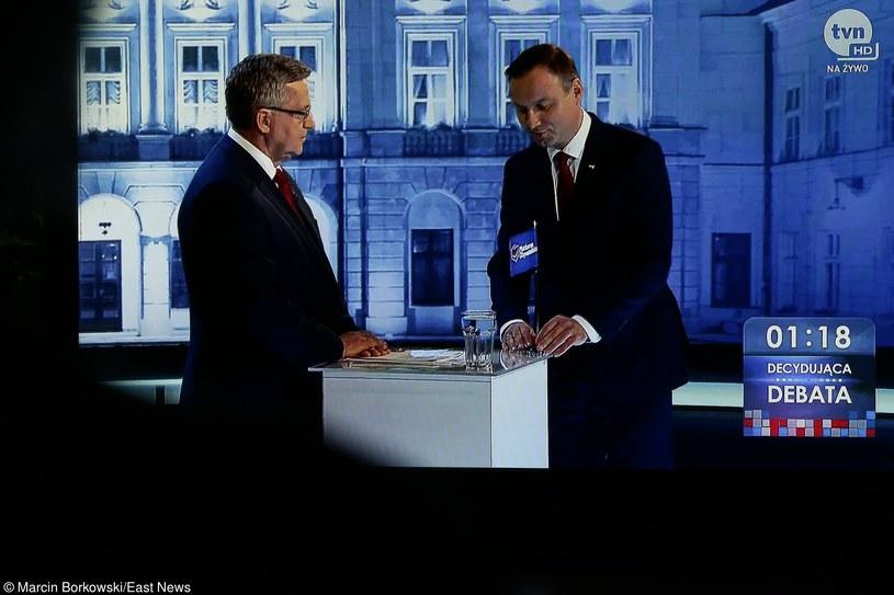 Andrzej Duda wręcza Bronisławowi Komorowskiemu proporczyk PO w czasie debaty przed wyborami prezydenckimi /Marcin Borkowski /East News