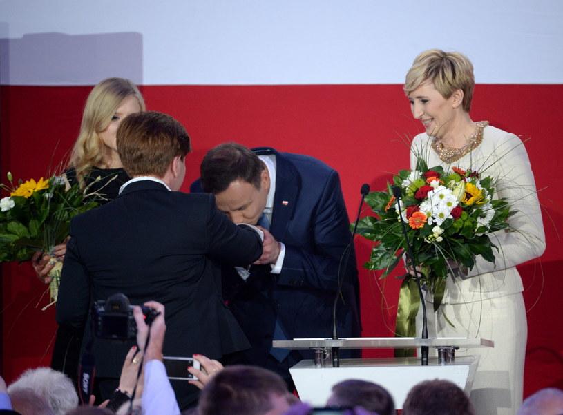 Andrzej Duda z córką Kingą i żoną Agatą oraz Beata Szydło /Jacek Turczyk /PAP