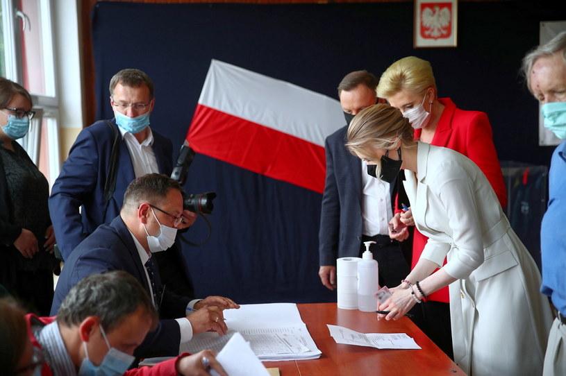 Andrzej Duda z małżonką Agatą Kornhauser-Dudą i córką Kingą głosują w jednym z lokali wyborczych w Krakowie /PAP