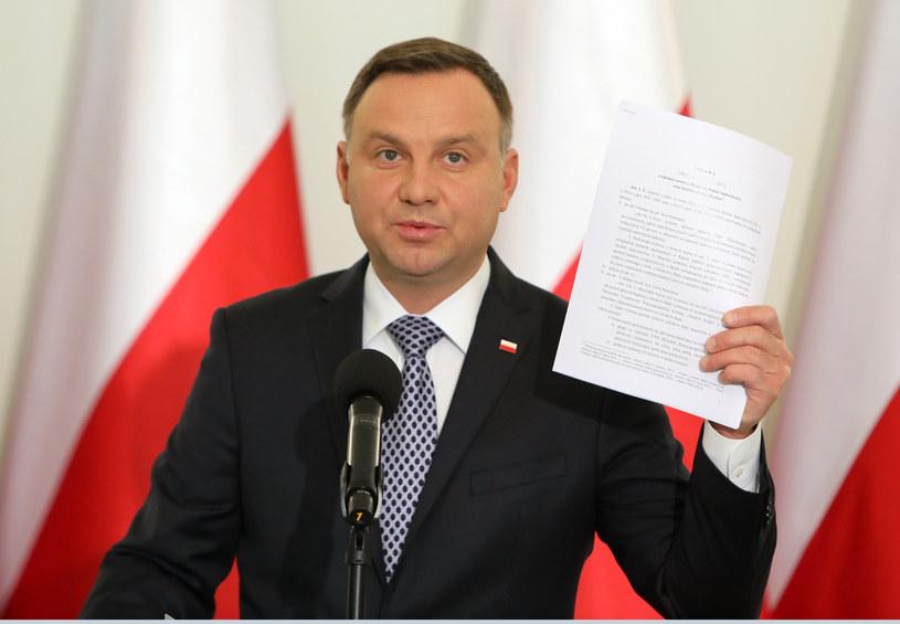 Andrzej Duda z projektem ustawy /Stanisław Kowalczuk /East News