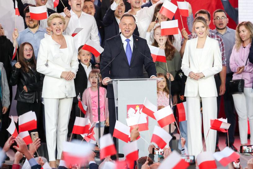 Andrzej Duda z rodziną po ogłoszeniu wyników II tury wyborów /fot. Andrzej Iwanczuk /Reporter