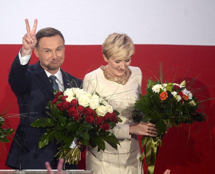 Andrzej Duda z żoną Agatą podczas wieczoru wyborczego w sztabie w Warszawie /Bartłomiej Zborowski   /PAP