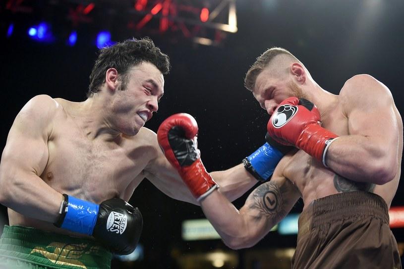 Andrzej Fonfara (z prawej) w walce z Julio Cesarem Chavezem Jr. /AFP