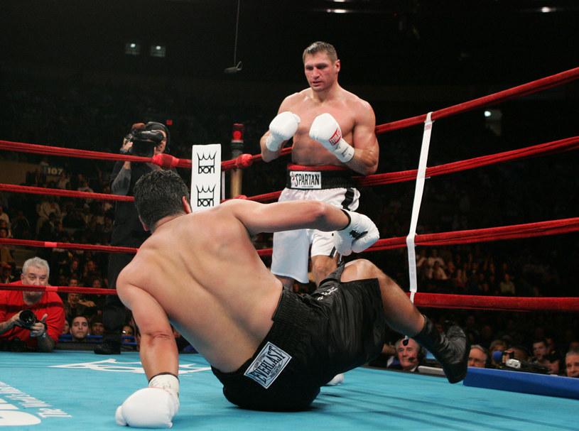 Andrzej Gołota miał na deskach Johna Ruiza, ale w opinii sędziów to Amerykanin wygrał i zdobył tytuł mistrza świata federacji WBA /Getty Images