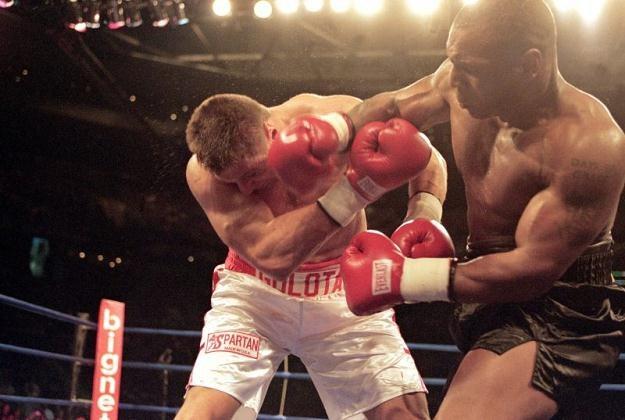Andrzej Gołota przyjął od Mike'a Tysona sporo potężnych ciosów /Getty Images/Flash Press Media