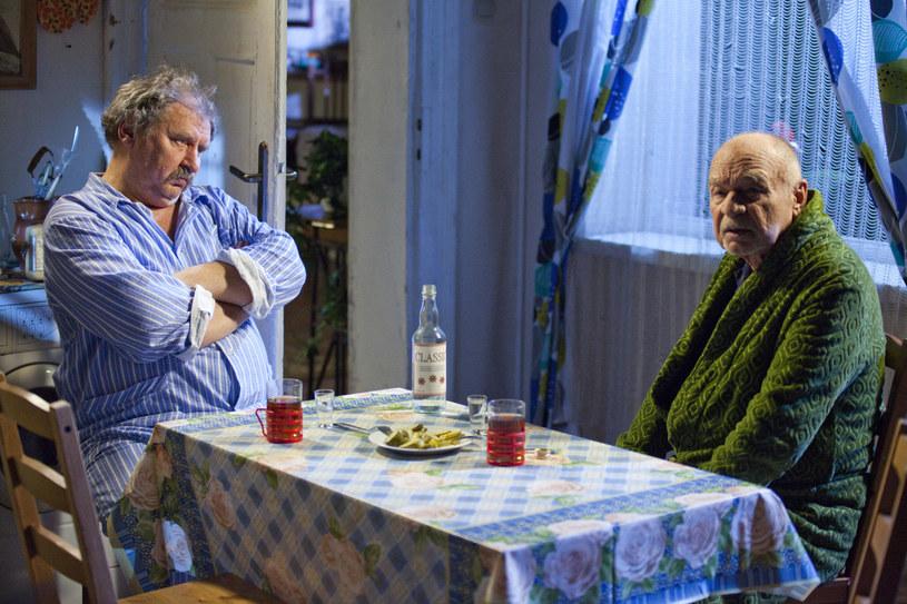 """Andrzej Grabowski (Ferdek) i Ryszard Kotys (Paździoch) na planie serialu """"Świat według Kiepskich"""" /AKPA"""