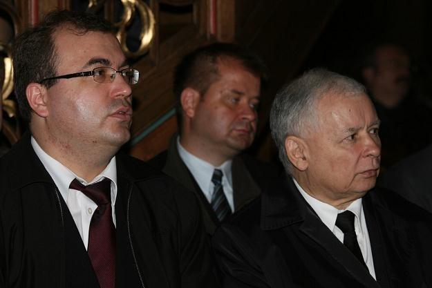 Andrzej Jaworski (z lewej) obok Jaroslawa Kaczyńskiego na pogrzebie Anny Walentynowicz, 28 września /East News