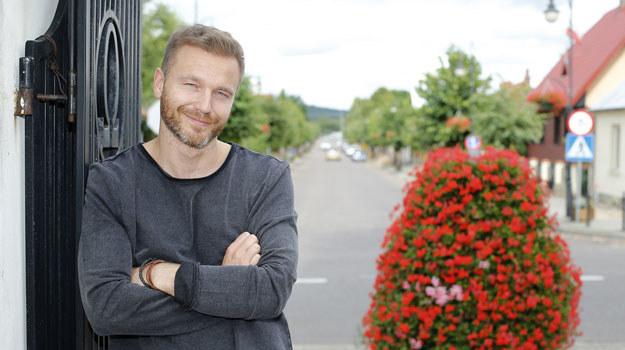 – Andrzej jest historykiem, który zarabia na życie, tworząc na zamówienie drzewa genealogiczne – mówi aktor /Podlewski /AKPA