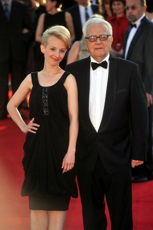 Andrzej Łapicki i Kamila Mścichowska na czerwonym dywanie w roku 2010 podczas 35. Festiwalu Polskich Filmów Fabularnych w Gdyni /Wojciech Stróżyk /Reporter