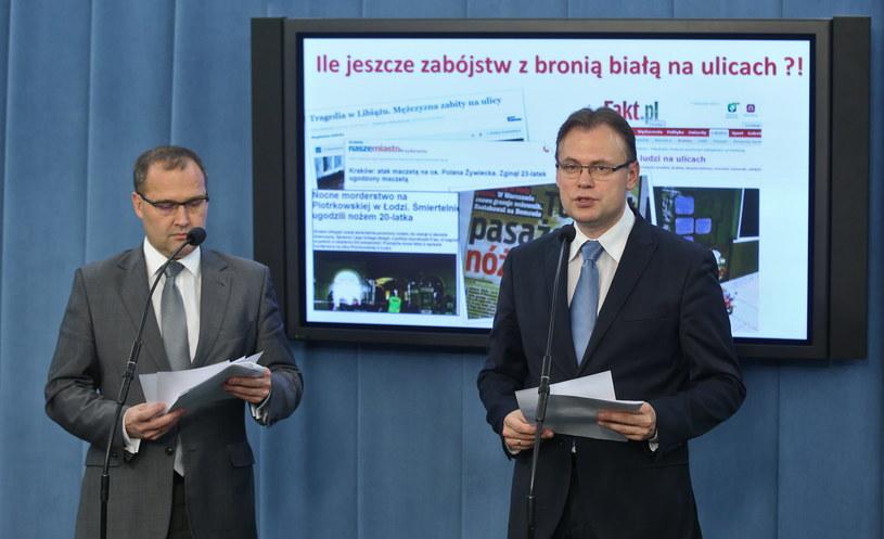 Andrzej Romanek i Arkadiusz Mularczyk /Rafał Guz /PAP
