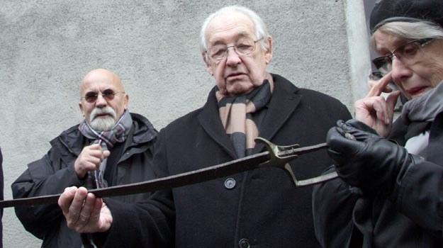 Andrzej Wajda z szablą należącą do ojca /PAP