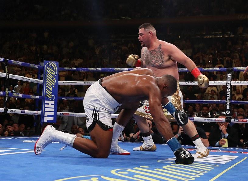 Andy Ruiz Jr czterokrotnie posyłał na deski Anthony'ego Joshuę i w 7. rundzie wygrał przez TKO /AFP