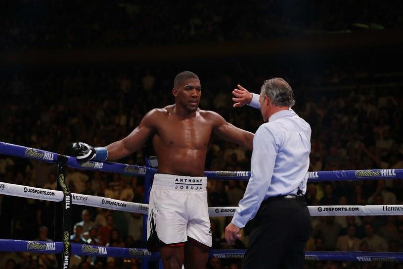Andy Ruiz Jr niespodziewanie, ale w pełni zasłużenie rozsiadł się na tronie królewskiej kategorii wagowej w boksie zawodowym /AFP