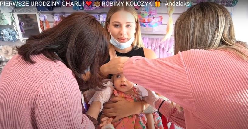 Andziaks przekłuła córce uszy, fot. screen z YouTube /