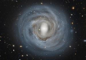 Anemiczna galaktyka na niezwykłym zdjęciu