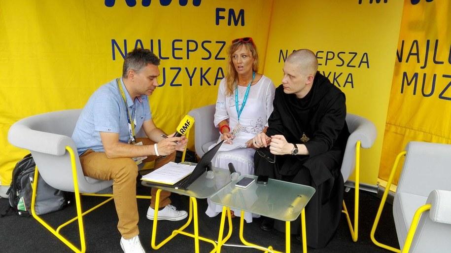 Aneta Liberacka ze Stacji7 i Szymon Hiżycki, opat tyniecki w studiu RMF FM. /Marcin Cieślak  /RMF FM