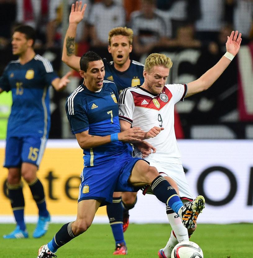 Angel di Maria walczy o piłkę z Andre Schuerrle /AFP