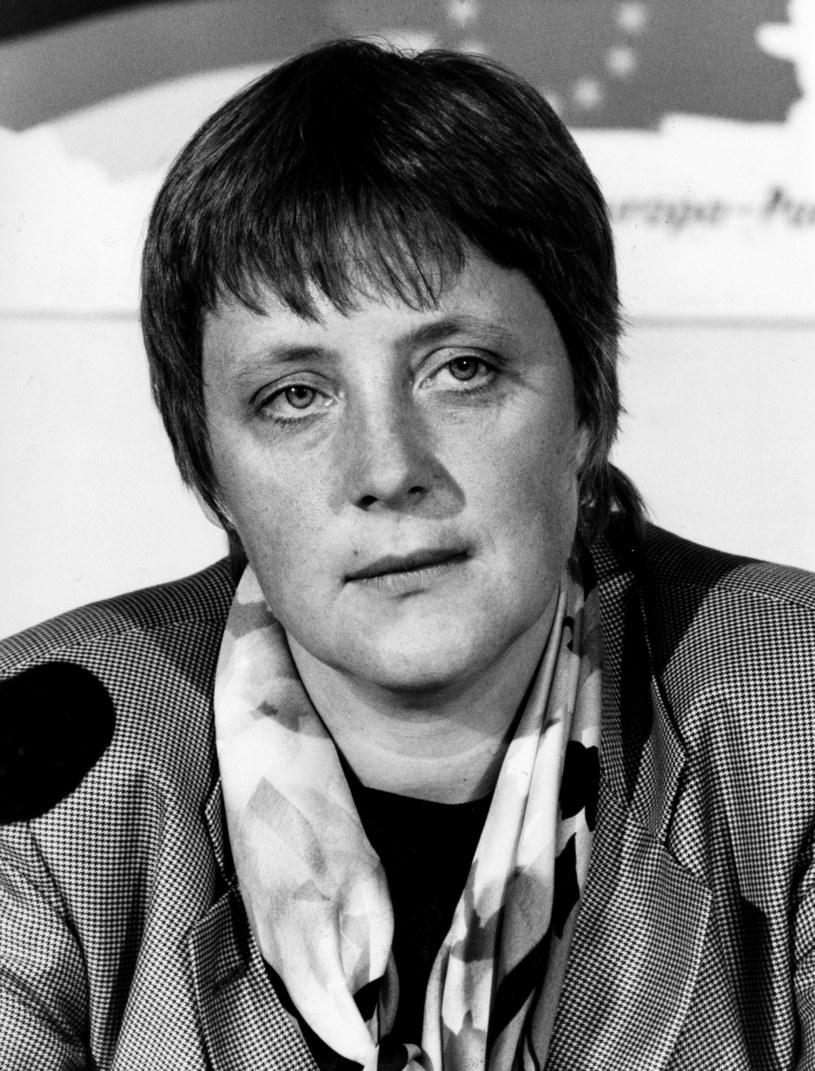 Angela Merkel była fanką apaszek oraz marynarek w kratkę, z którymi też musiała się pożegnać. W polityce unikamy printu, hołduje się gładkim tkaninom /Getty Images