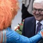 Angela Merkel i nowy prezydent Niemiec w objęciach drag queen. Te zdjęcia podbijają internet