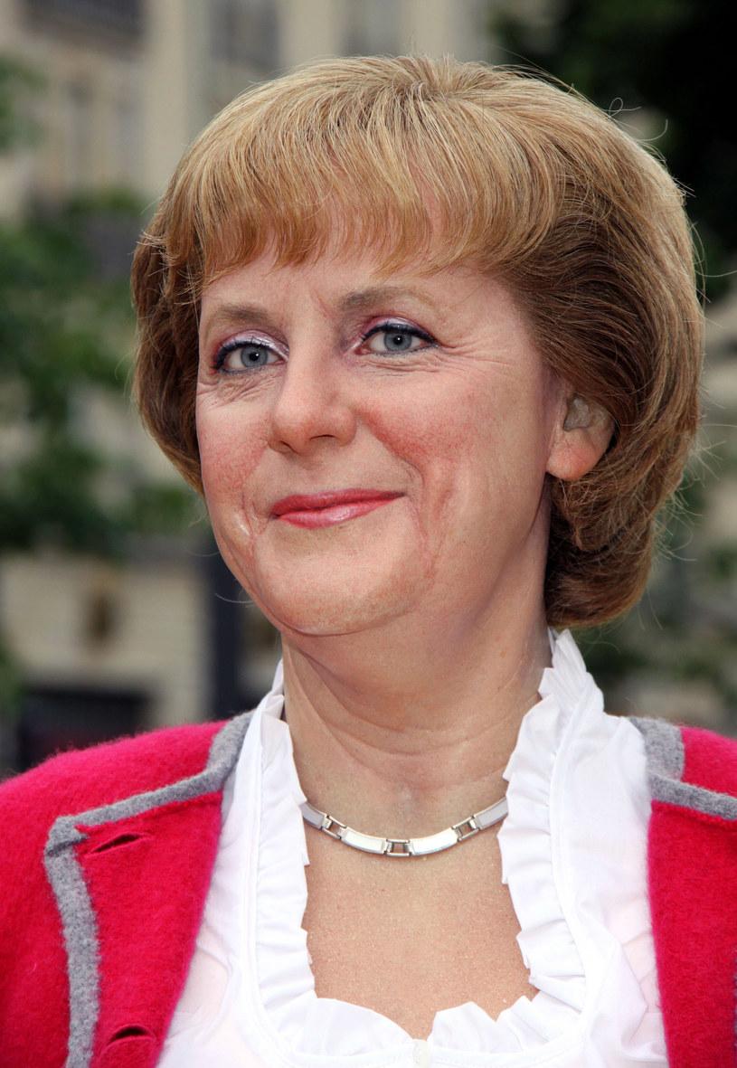 Angela Merkel kocha fryzury z grzywką, ale na tym zdjęciu widać, ze zaczesywanie jej do tyłu przyniosło lepsze efekty /Getty Images