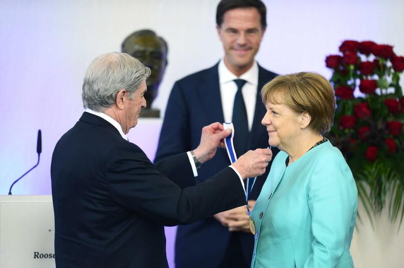 Angela Merkel odbiera nagrodę /REMKO DE WAAL /PAP/EPA