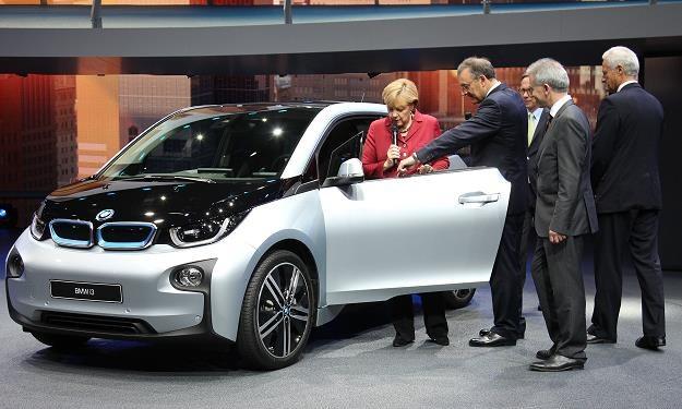 Angela Merkel ogląda elektryczne BMW i3 /AFP