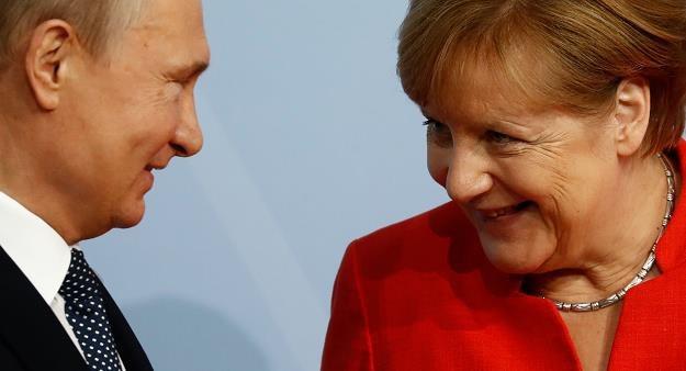 Angela Merkel (P) i Wladimir Putin (L) /AFP