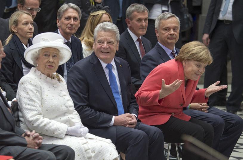 Angela Merkel słynie z poczucia humoru. I choć kontroluje ułożenie dłoni, bywają momenty, w których zachowuje się spontanicznie /Getty Images