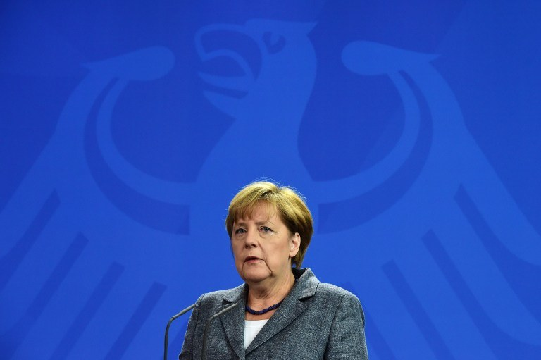 """Angela Merkel: """"Sygnał bezradności i bezsilności czy genialne posunięcie na szachownicy""""? /AFP"""