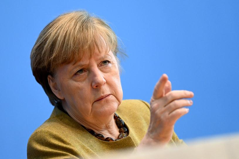 Angela Merkel wycofała się z lockdownu przez Wielkanocą i w wygaszonych kolorach stylizacji przepraszała obywatelii. Dzień wcześniej dawała nadzieję w zielonej garsonce /Getty Images