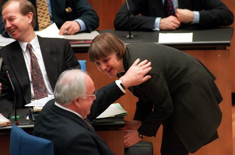 Angela Merkel zmyła makijaż, a czarne stroje zamieniła na wyraziste kolory. Jeżeli kanclerz sięga po czerń to ma w tym swój ukryty cel np. negocjacyjny /Getty Images