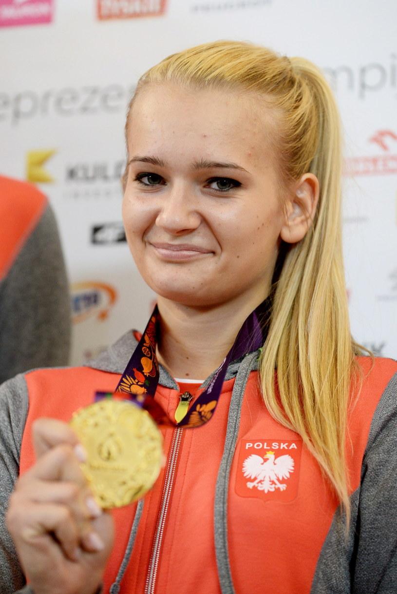 Angelika Wątor prezentuje złoty medal wywalczony w Baku /Fot. Bartłomiej Zborowski /PAP