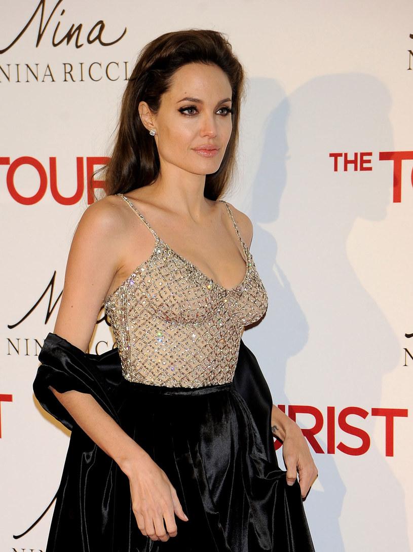 Angelina jest nosicielką wadliwego genu, który podnosił ryzyko zachorowania na raka piersi i jajników /Getty Images/Flash Press Media