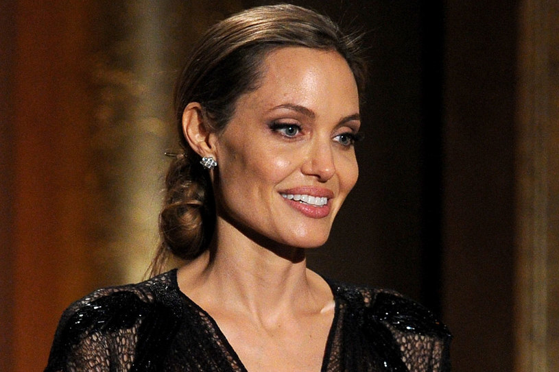 Angelina Jolie (38) ceni minimalizm. Najczęściej pokazuje się z rozpuszczonymi włosami lub prostymi kokami. /Getty Images/Flash Press Media
