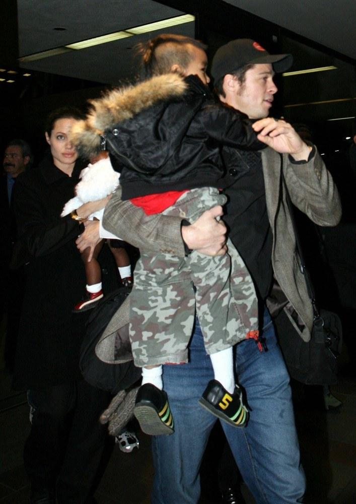 Angelina Jolie i Brad Pitt z dziećmi, 2006 rok /Splash News /East News