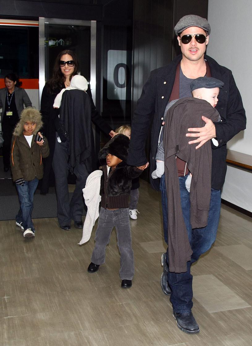 Angelina Jolie i Brad Pitt z dziećmi, 2009 r. /Junko Kimura /Getty Images