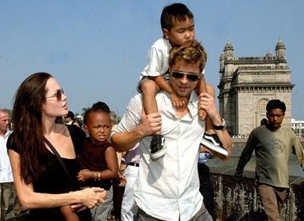 Angelina Jolie i Brad Pitt z dziećmi Maddoxem i Zaharą /AFP