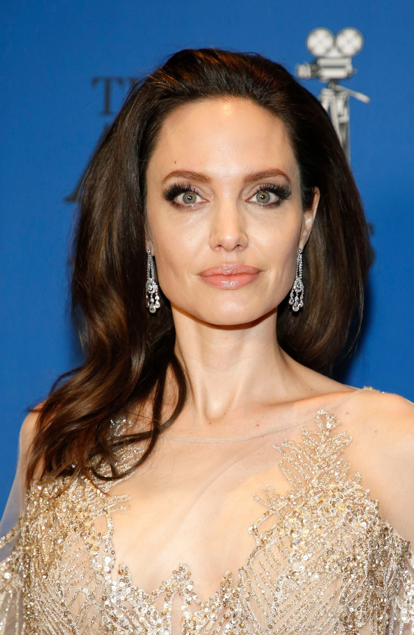 Angelina Jolie lubi chodzić w rozpuszczonych włosach. Olejowanie to jej klucz do sukcesu /East News