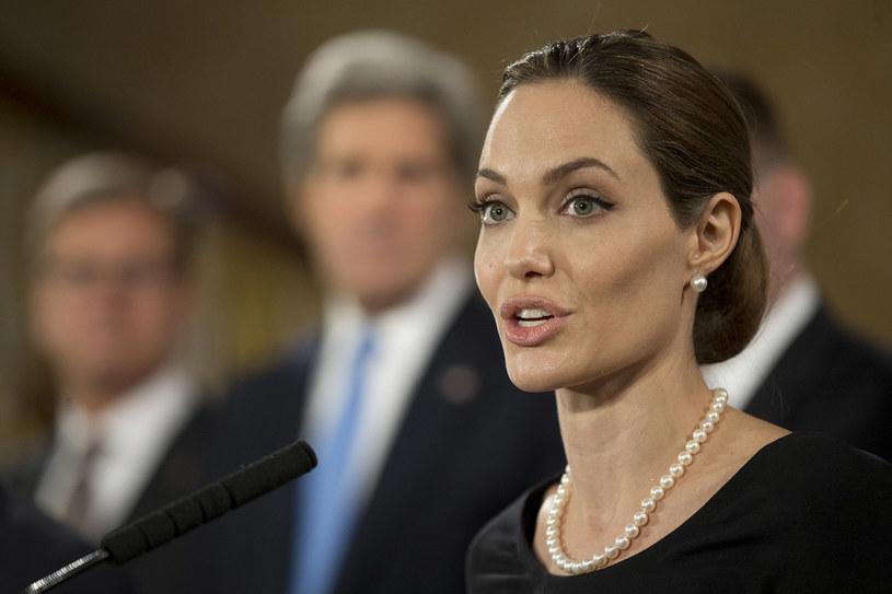 Angelina Jolie na szczycie G8. 16 dni przed ostatnią operacją rekonstrukcji piersi. /Getty Images/Flash Press Media