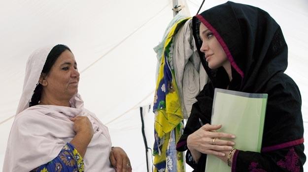 Angelina Jolie podczas wizyty w Pakistanie /AFP