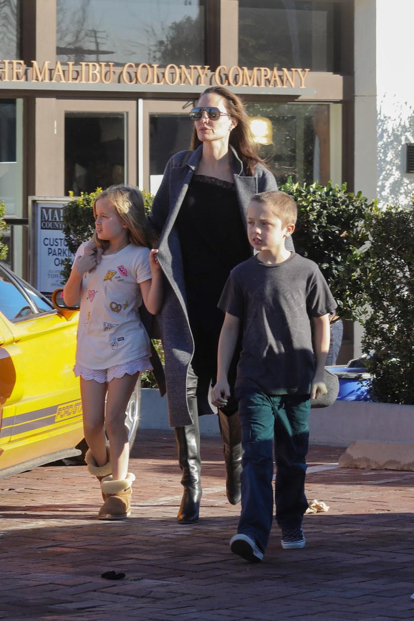 Angelina Jolie z dziećmi /AKM-GSI /Agencja FORUM