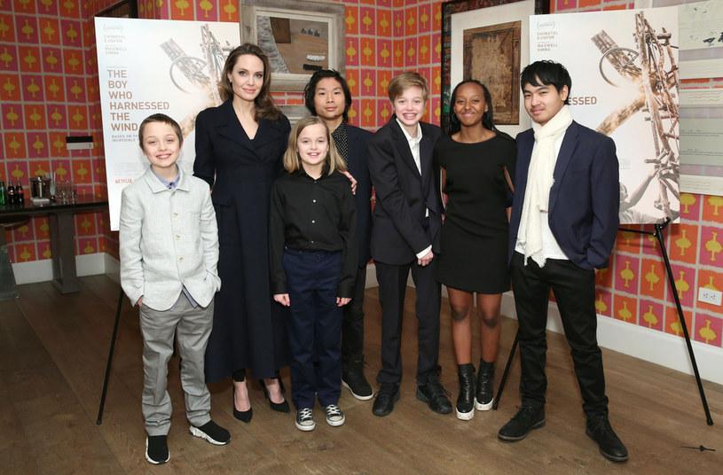Angelina Jolie z dziećmi /Monica Schipper /Getty Images